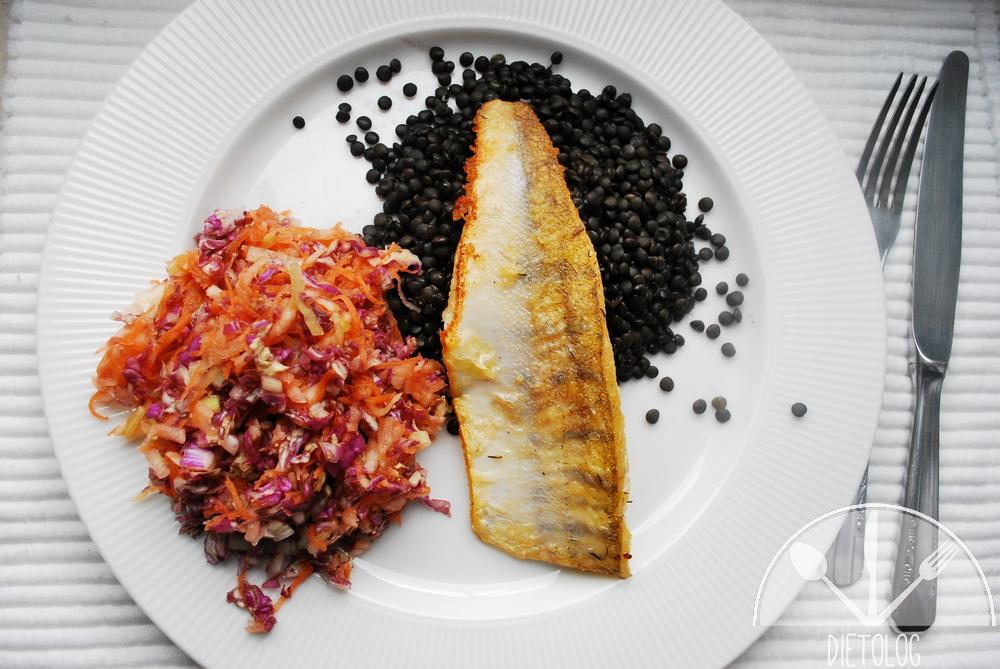 sandacz na czarnej soczewicy i surówka z kapusty pekińskiej