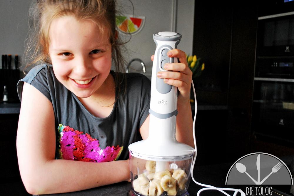 Milena blenduje zamrożone plasterki bananów