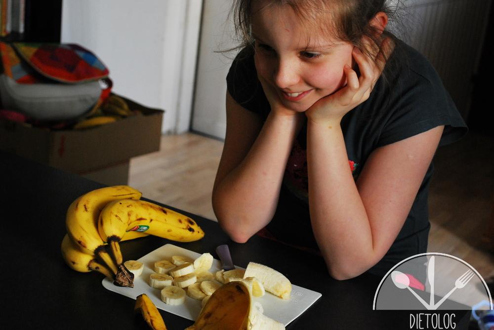 Milena kroi banany w plasterki