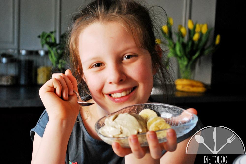 Milena je lody bananowe, które sama zrobiła