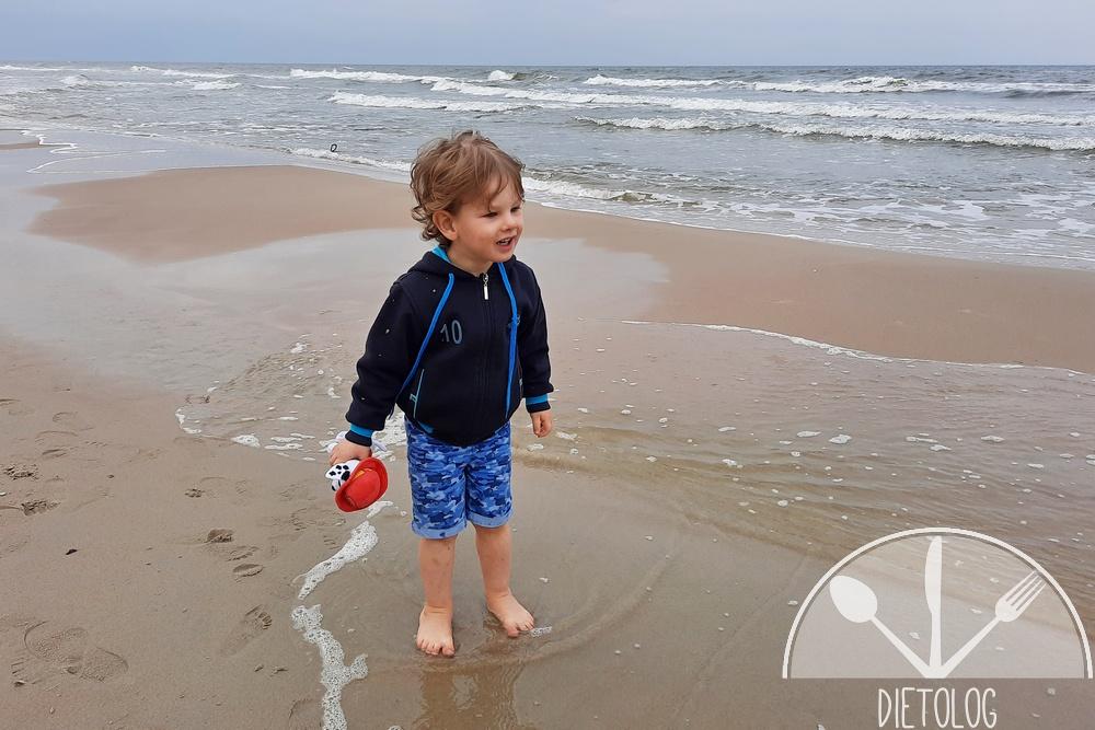z dziećmi nad morze pomoczyć nogi w wodzie