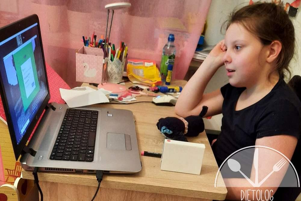 Milena podczas lekcji - kurs kodowania code and fun