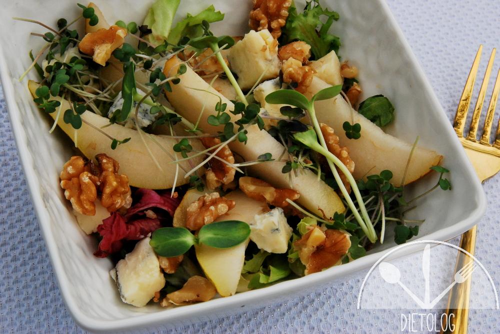 sałatka z gruszką, serem pleśniowym i orzechami
