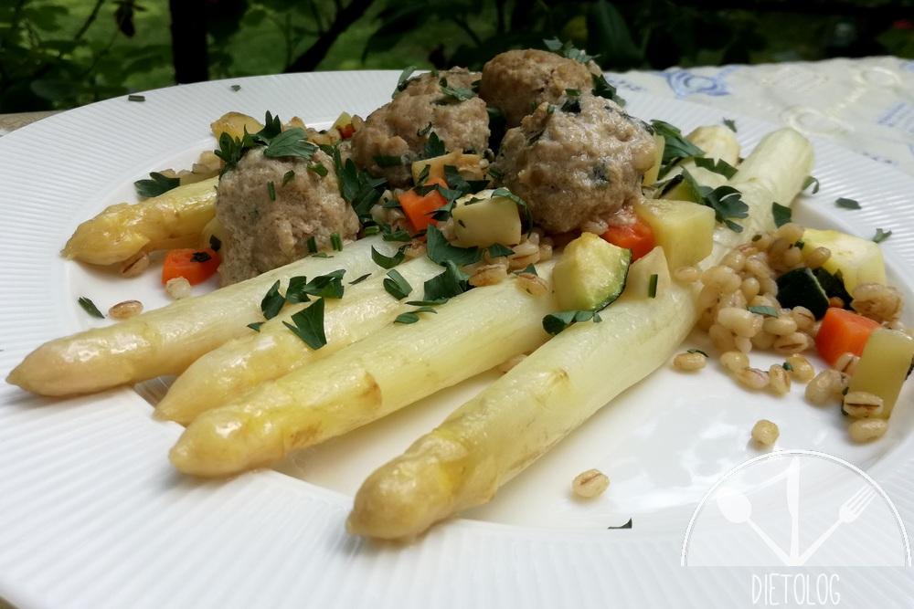 białe szparagi, pulpety i pęczak z warzywami