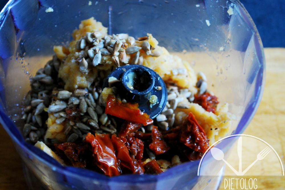 pasta z czerwonej soczewicy składniki w blenderze