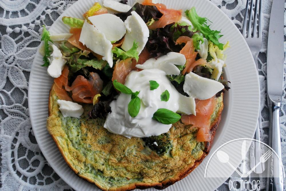 zielony omlet z łososiem i mozarellą