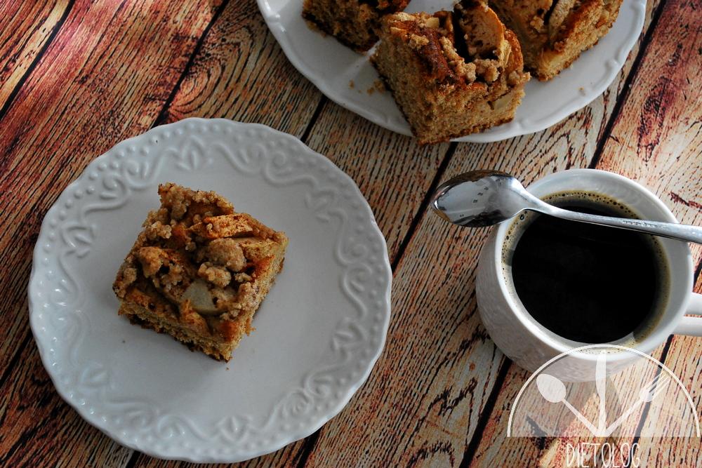 pełnoziarniste ciasto drożdżowe z jabłkami i kawa