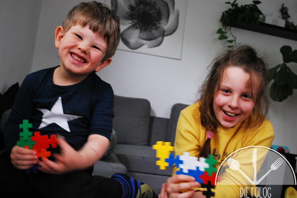 dzieci bawią się klockami PlusPlus i mają zaciesz