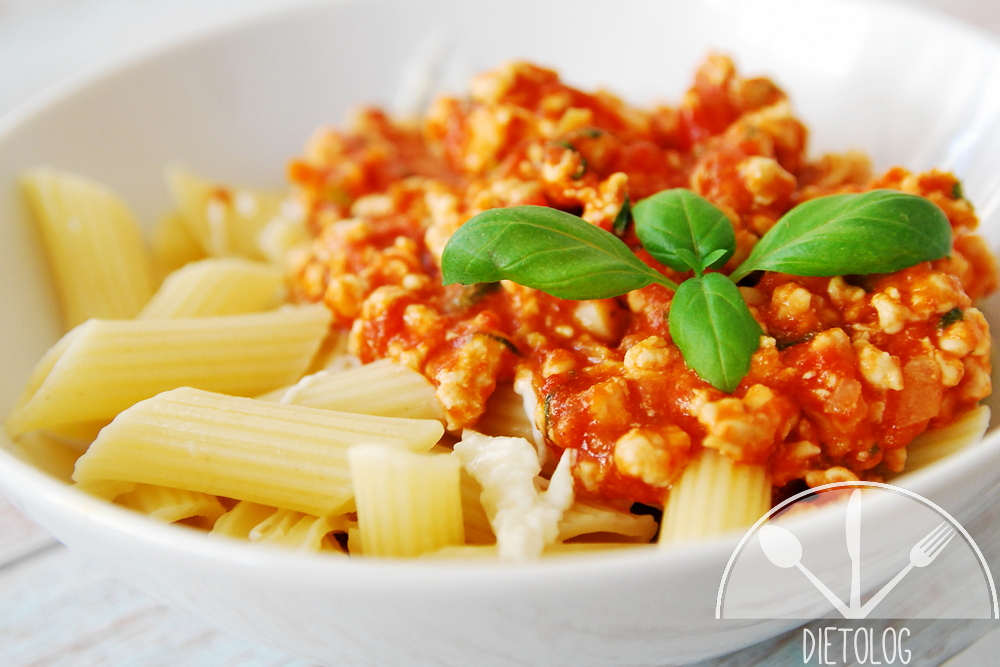 makaron z mielonym mięsem indyczym w pomidorach