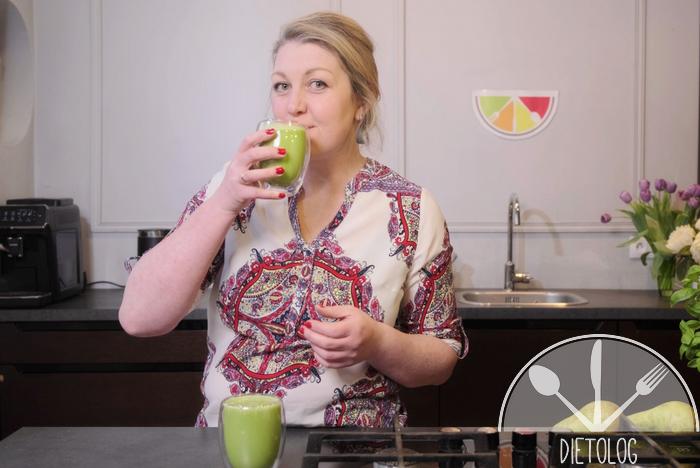 dietolog pije zielony koktajl