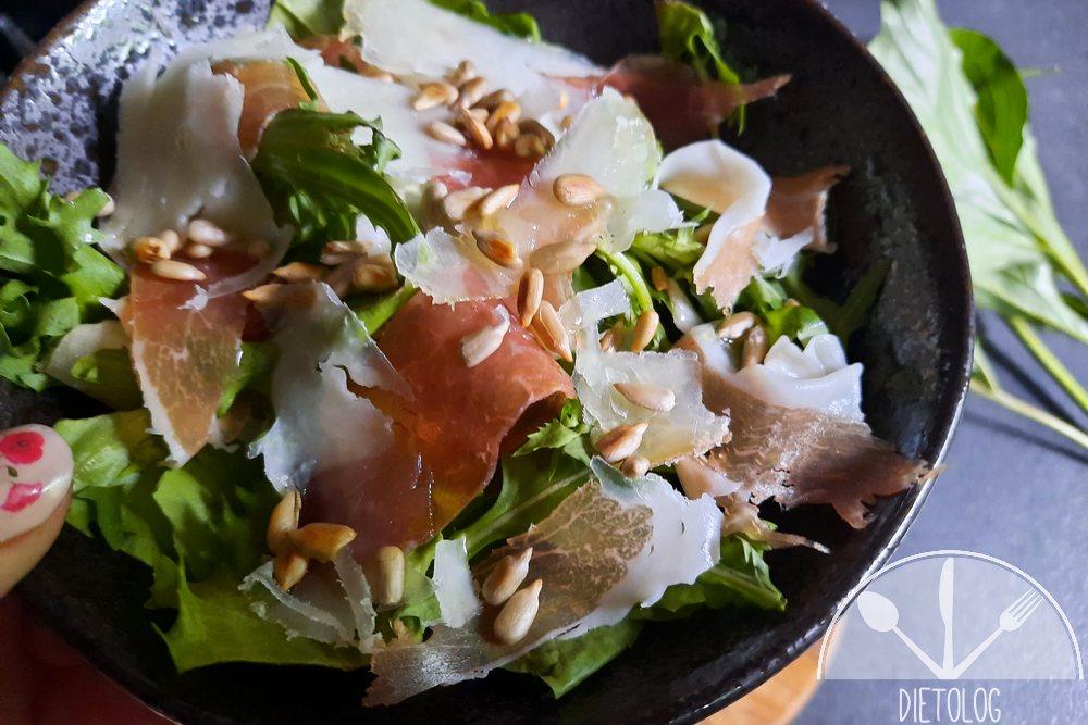 sałatka z szynką prosciutto, serem pecorino i toskańską oliwą