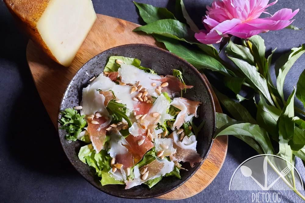 sałatka z szynką prosciutto