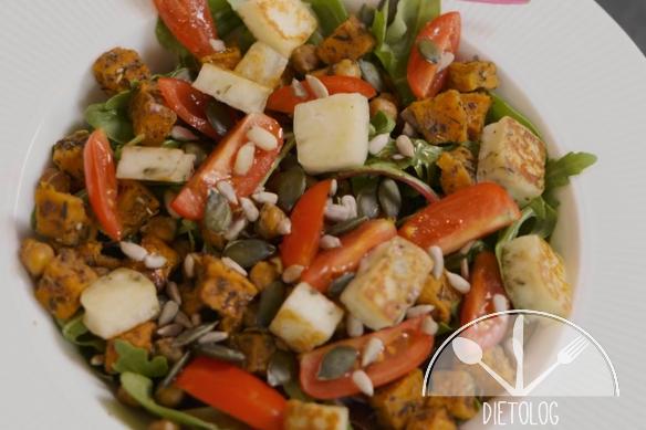 salatka z pieczonych batatow cieciorki i halloumi
